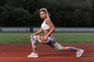 Desktop hintergrundbilder Fitness Pose Bein Hübscher Seitlich Ilya Pistoletov, Nastya Mikheeva sportliches Mädchens