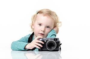 Fotos Kleine Mädchen Blick Fotoapparat Weißer hintergrund Kinder