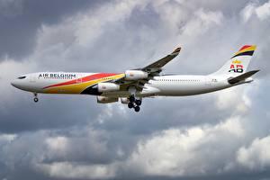 Fotos Verkehrsflugzeug Airbus Seitlich A340-300