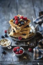 Fotos & Bilder Backware Himbeeren Heidelbeeren Bretter Waffle Lebensmittel