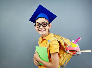 Bilder Schule Grauer Hintergrund Jungen Rucksack Brille Notizbuch Kinder