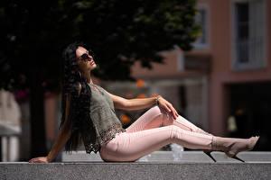 Fotos & Bilder Sitzend Pose Jeans Brünette Haar Schön Mädchens