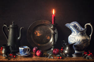 Fotos Stillleben Kerzen Flötenkessel Pflaume Krüge Tasse Wilde rosafarbene frücht Teller Lebensmittel