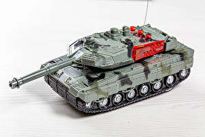 Bilder Spielzeug Panzer Weißer hintergrund