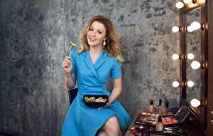 Bilder Sitzend Kleid Spiegel Braunhaarige Lächeln Yulianna Karaulova Prominente Mädchens
