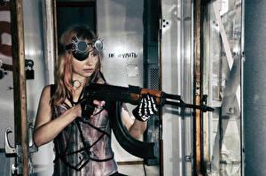 Fotos AK Sturmgewehr Blond Mädchen Brille Handschuh Mädchens