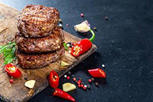 Hintergrundbilder Schwarzer Pfeffer Chili Pfeffer Knoblauch Frikadelle Schneidebrett das Essen