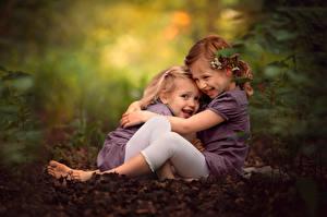 Fotos Bokeh Kleine Mädchen Umarmung Sitzt Zwei Lächeln Kinder