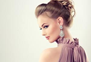 Bilder Brillant Hübsche Grauer Hintergrund Frisuren Ohrring Schminke Model
