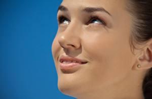 Fotos Hautnah Augen Lippe Farbigen hintergrund Gesicht Lächeln junge Frauen