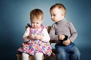 Bureaubladachtergronden Gekleurde achtergrond Twee 2 Meisjes Jongens Smartphone Zittend kind