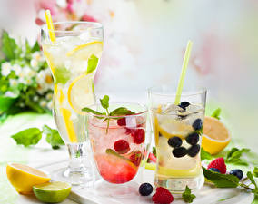 Fotos Getränk Obst Himbeeren Heidelbeeren Zitronen Limette Limonade Trinkglas Lebensmittel