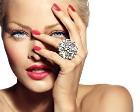 Bilder Augen Finger Nahaufnahme Weißer hintergrund Gesicht Blick Rote Lippen Maniküre Ring Mädchens