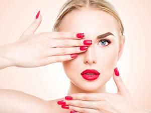 Hintergrundbilder Augen Finger Farbigen hintergrund Gesicht Blond Mädchen Blick Rote Lippen Hand Maniküre Mädchens