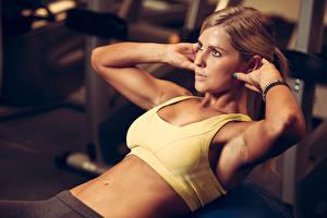 Fotos Fitness Braune Haare Körperliche Aktivität Hand Bauch Mädchens Sport