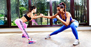 Hintergrundbilder Fitness Zwei Uniform Bein Turnschuh Trainieren Hübsch Kauert Mädchens