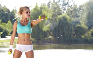 Bilder Fitness Trainieren Bauch Blond Mädchen Bokeh Hand junge Frauen