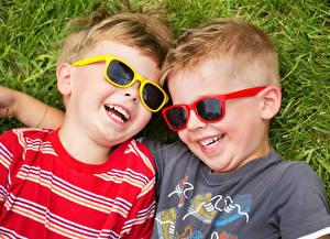 Fotos Gras Jungen Brille Zwei Lachen Glückliches Kinder