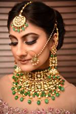 Bilder Indian Schmuck Brünette Ohrring Gesicht junge Frauen