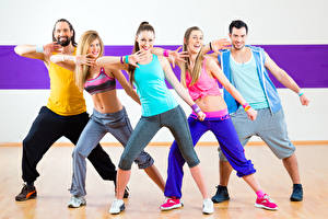 Fotos Mann Tanz Blondine Lächeln Sportschuhe Bein Mädchens