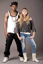 Fotos Mann 2 Tanz Blondine Neger Jeans Mädchens
