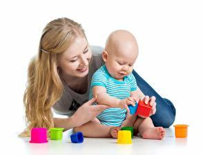 Hintergrundbilder Mutter Spielzeug Säugling Lächeln Liegt Sitzend Spielen Weißer hintergrund