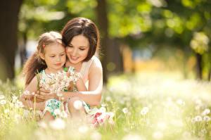 Hintergrundbilder Mutter 2 Bokeh Kleine Mädchen Umarmung Lächeln Süß Kinder