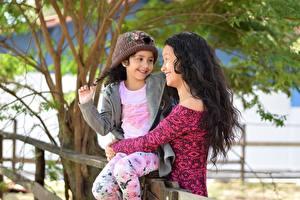 Hintergrundbilder Mutter 2 Brünette Lächeln Mütze Umarmung Kleine Mädchen Mädchens