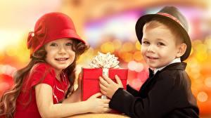 Fotos Zwei Der Hut Geschenke Starren Schleife Jungen Kleine Mädchen Kinder