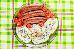 Fotos Wiener Würstchen Tomaten Dill Teller Spiegelei Lebensmittel