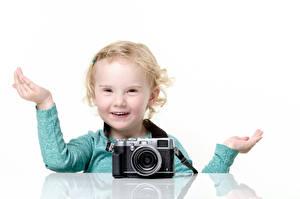 Fotos Weißer hintergrund Kleine Mädchen Fotoapparat Hand Starren Pose Glücklich Kinder