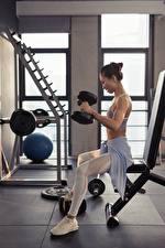 Bilder Asiatisches Fitness Sitzend Körperliche Aktivität Hantel sportliches Mädchens