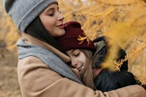 Hintergrundbilder Herbst Mutter Zwei Kleine Mädchen Mütze Umarmung junge frau