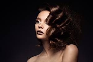Fotos & Bilder Schwarzer Hintergrund Make Up Haar Braunhaarige Gesicht Frisur Model Mädchens