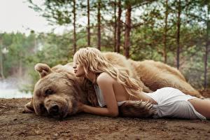 Hintergrundbilder Ein Bär Braunbär Blond Mädchen Liegen Masha Glushchuk, Ira Morozova junge frau Tiere