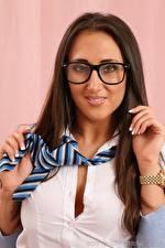 Hintergrundbilder Chicane only Armbanduhr Braune Haare Starren Brille Hand Krawatte junge Frauen