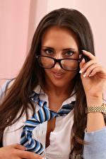 Hintergrundbilder Chicane only Armbanduhr Braunhaarige Starren Brille Krawatte Hand junge Frauen