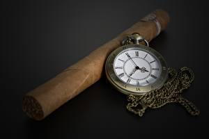 Fotos Uhr Taschenuhr Zigarre Grauer Hintergrund