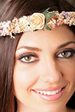 Sfondi desktop Da vicino Viso Ragazza capelli castani Capigliatura Ghirlanda sulla testa Sorriso Denti Sguardo giovane donna