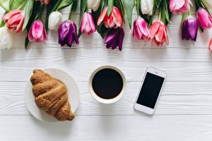 Fotos Kaffee Croissant Tulpen Tasse Smartphone das Essen