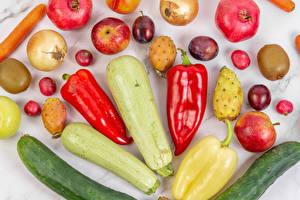 Bakgrundsbilder på skrivbordet Gurkor Zucchini Paprikor Lök Granatäpple Äpplen Kiwi Plommon Rädisa
