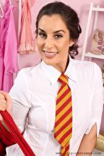 Fonds d'écran Emily Jane Williams Aux cheveux bruns Regard fixé Sourire Cravate jeunes femmes