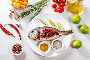 Fotos Fische - Lebensmittel Chili Pfeffer Limette Gewürze Tomate Knoblauch Teller