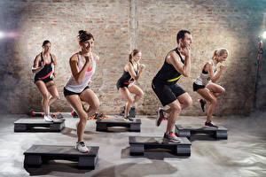 Bilder Fitness Mann Fitnessstudio Lächeln Trainieren Sport Mädchens