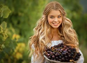 Bilder Weintraube Haar Blond Mädchen Frisur Lächeln Schön Bokeh junge frau