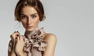 Desktop hintergrundbilder Grauer Hintergrund Model Gesicht Blick Braunhaarige Mädchens