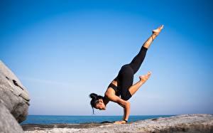Fotos Gymnastik Joga Körperliche Aktivität Bein Brünette junge frau