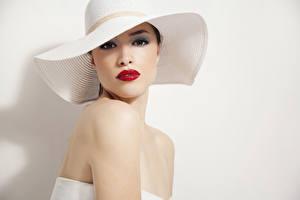 Fotos Der Hut Blick Rote Lippen Grauer Hintergrund junge Frauen