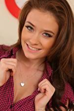 Hintergrundbilder Jess Impiazzi Schmuck Braune Haare Starren Lächeln Hand Mädchens