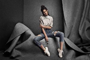 Fotos & Bilder Pose Sitzend Brünette Model Jeans Kendall Jenner Prominente Mädchens